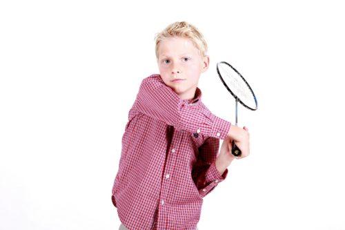 Junge mit Badmintonschläger